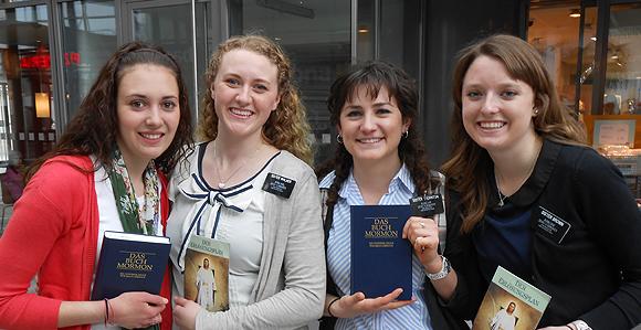 Neu bekehrte Mormonen wurden zuvor oftmals von Missionaren belehrt. Hier lächeln 4 Missionarinnen der Kirche in die Kamera.