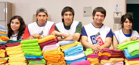 Los adolescentes ayudan a los negocios de la comunidad