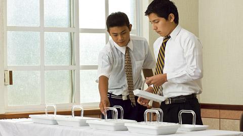 Rapazes preparando o sacramento.