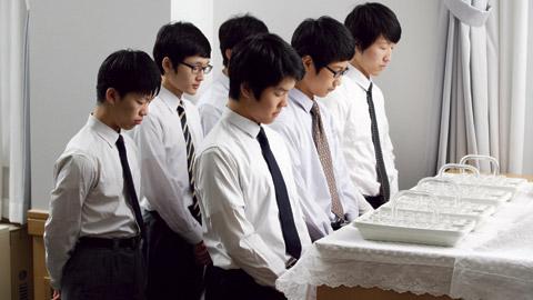 Rapazes servindo o sacramento.