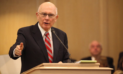 Dallin Oaks à la chaire à Seattle