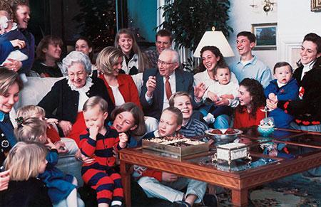 El matrimonio Hinckley con los nietos