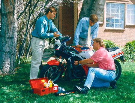 hombres trabajando con una motocicleta