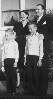 Howard W. Hunter und seine Frau mit ihren Söhnen John und Richard.