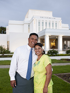couple in front of Laie Hawaii Temple