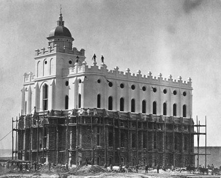 El Templo de St. George, Utah, en1876, donde se realizó la obra vicaria por los fundadores de los Estados Unidos y otros líderes del pasado.